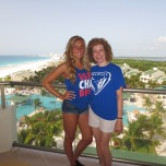 Student Julie Unti and her mom, Elaine Unti (BUS '86), in Cancun, Mexico.