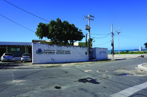 This is a good example of the size and scale of a typical health post in Fortaleza. The low-slung, unadorned cinderblock building blends seamlessly with surrounding residential and commercial buildings.