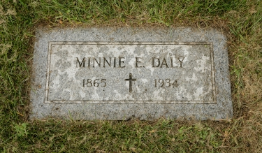 The grave marker of Minnie E. Daly, located at Calvary Catholic Cemetery in Evanston, Ill. (DePaul University/Jeff Carrion)